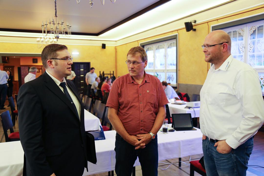 Die Referenten Manuel Dabel, WerraEnergie GmbH (links), und Michael Portwich (rechts) von der Galek und Kowald GmbH im Gespräch mit Gerald Ullrich, der dem Gewerbeverein Floh-Seligenthal vorsteht.